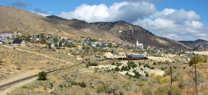 Blick von der gegenüberliegenden Talseite auf Virginia City