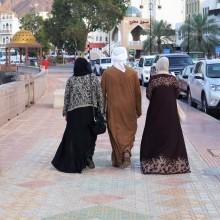 Abendspaziergang mit zwei Frauen in Mutrah