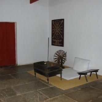 Zimmer im Sabarmati-Ashram, in dem Gandhi Besucher empfing und selbst das Spinnrad drehte.