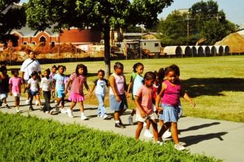 Schulklasse auf dem Weg ins Dokumentationszentrum