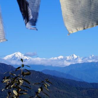 Blick auf den östlichen Himalaya mit seinen 6000ern. Die de facto chinesisch-indische Grenze verläuft über die Gipfel am Horizont