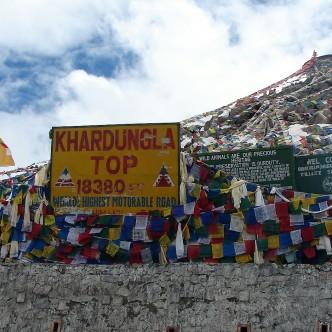 Kardung La: der rund 5500 m hoch gelegene Pass in Ladakh verbindet Leh und das Nubra-Tal