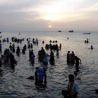 Pilger beten bei Sonnenaufgang über der Palk Strait