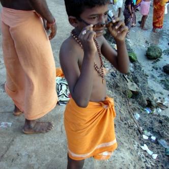Kleiner Junge bei heiligem Bad