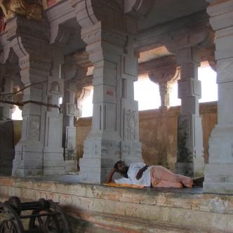 In einem Wandelgang des Tempels