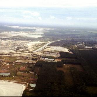 Im Mittelgrund der Klang River; rechts: Kautschukplantagen