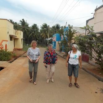... Dorinda (ganz rechts) unterwegs